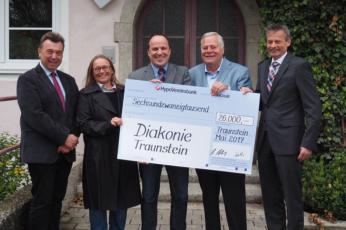 26 000 Euro Spende Der Fanny-Unterforsthuber-Stiftung.  Im Bild Von Links: Robert Münderlein, Margarete Winnichner, Andreas Karau, Manfred Robl, Wolfgang Schillmeier.