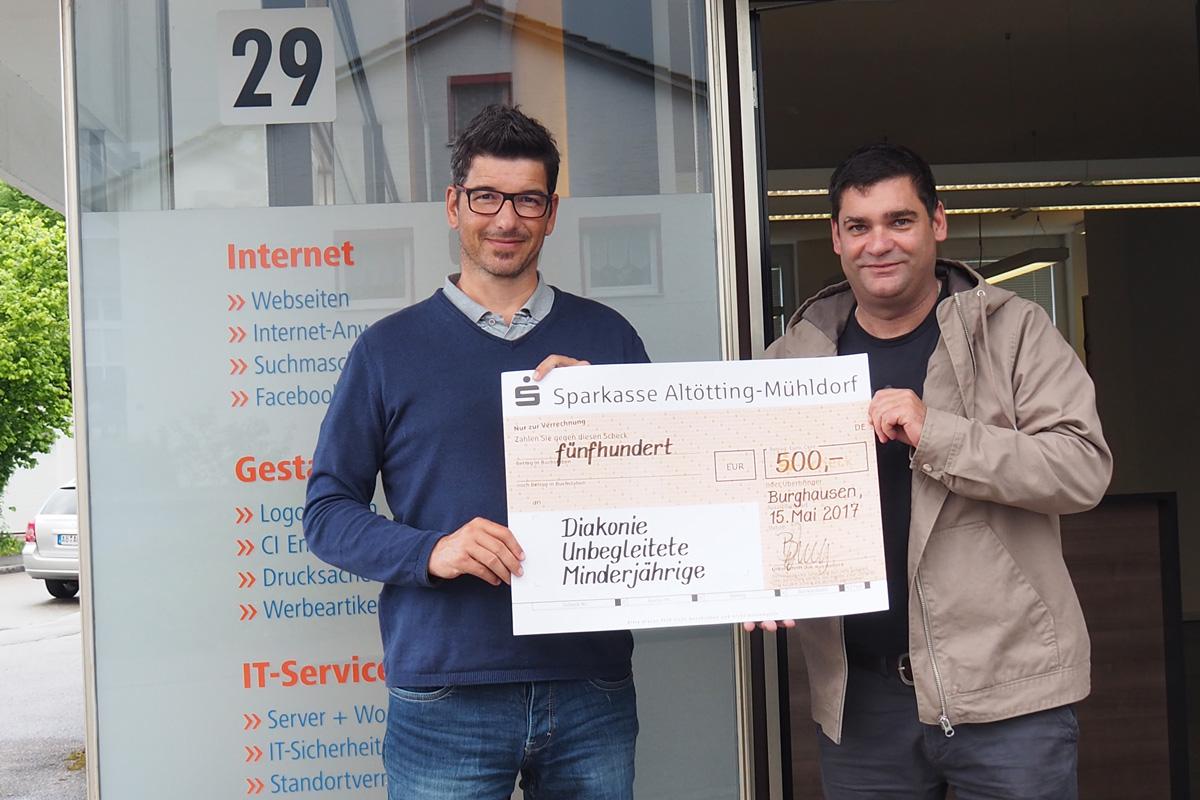•500 Euro Für Unbegleitete Minderjährige In Burghausen. Inhaber Bernhard Kraus (links) Bei Der Scheckübergabe An Alexander Wimmer Von Der Diakonie.