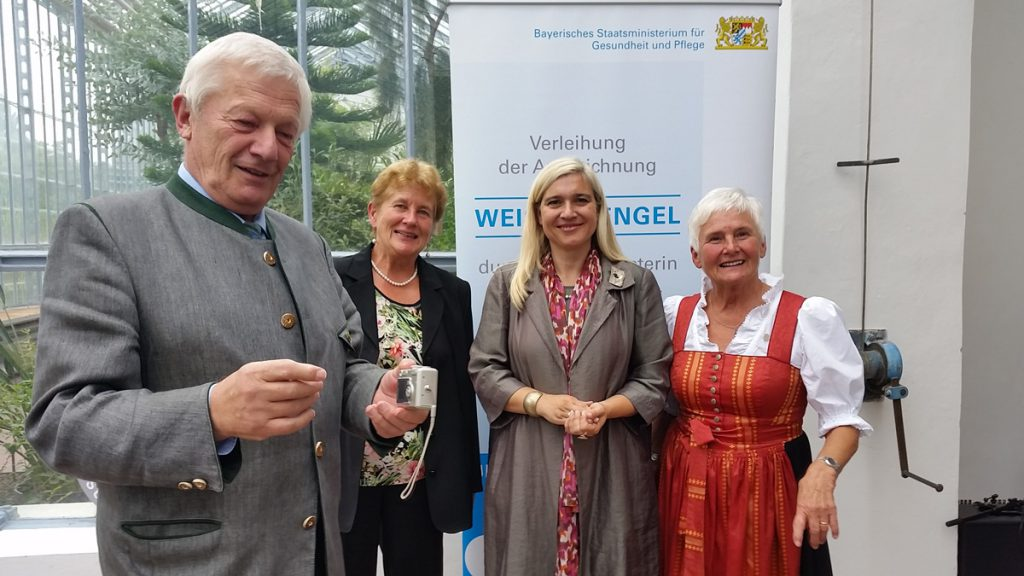 Gratulation zur Auszeichnung (von links): 2. Bürgermeister Hans Zillner, Stellvertretende Landrätin Resi Schmidhuber, Ministerin Melanie Huml, Brigitte Kohler