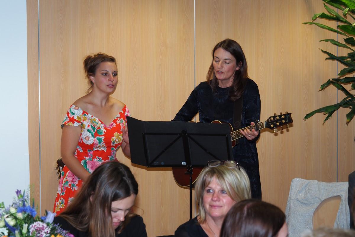 Die Sängerinnen Dagmar Warweg Und Antonia Steinert Sorgten Für Eine Stimmungsvolle Musikalische Umrahmung.