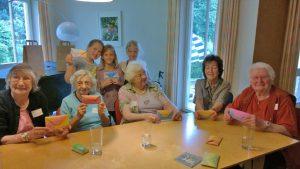 Kinder und Senioren zeigten stolz ihre gefalteten Werke.