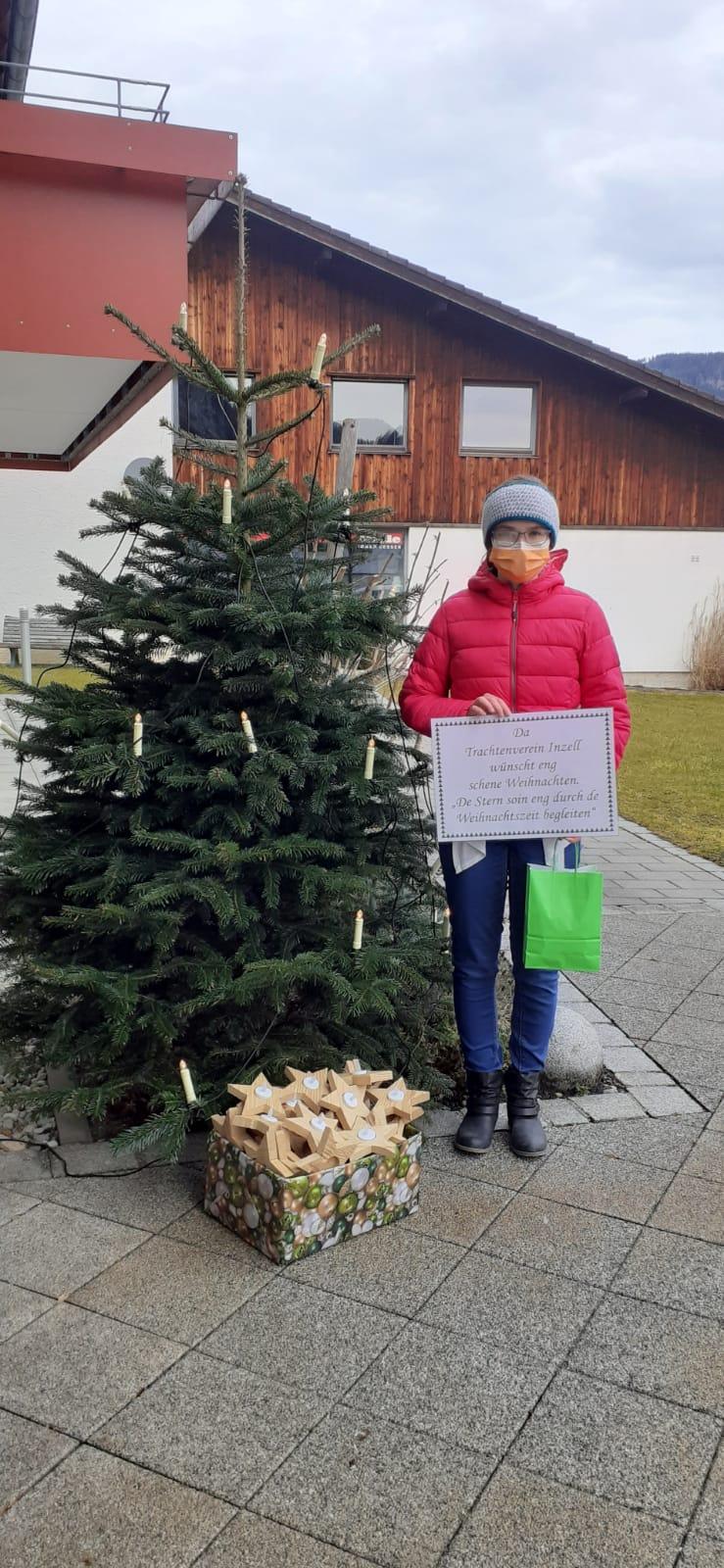 Inzeller Trachtenverein spendet Holzsterne