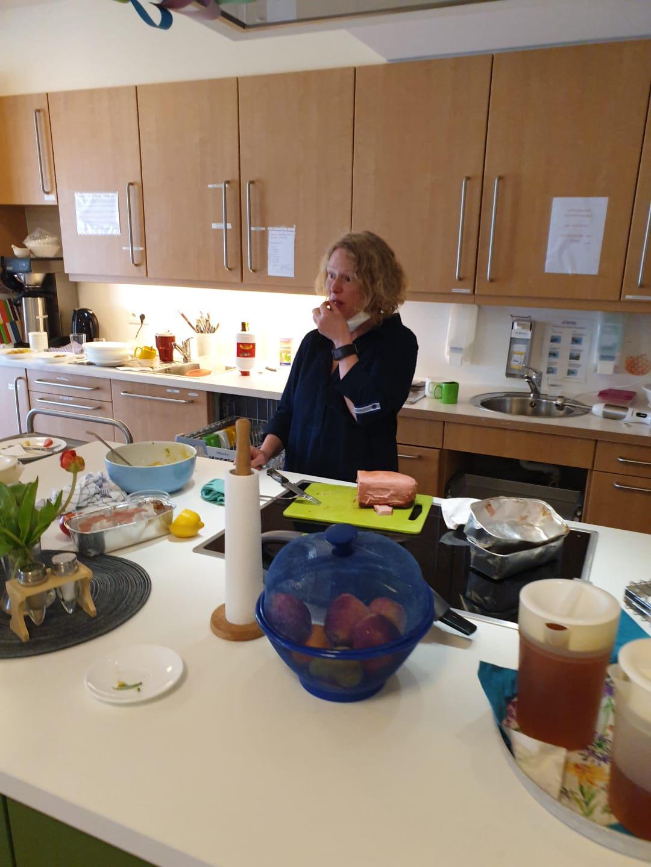 Pflegedienstleiterin Beate Hamm In Der Wohnküche