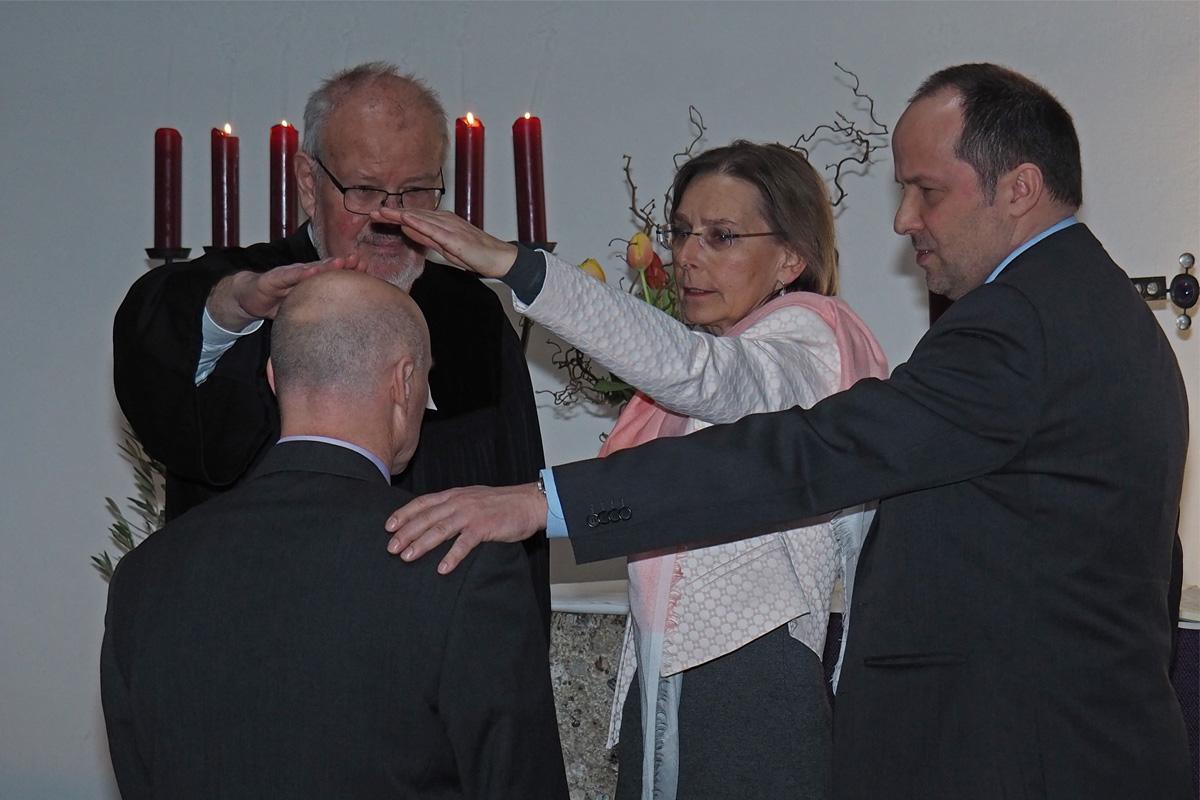 Für Den Dienst Gesegnet. Von Links: Thomas Opitz, Pfarrer Helmut Eisenrieder, Ulrike Anders, Andreas Karau.