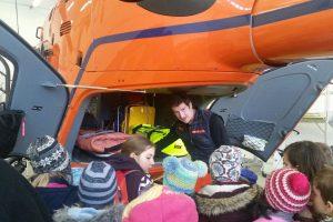 Pilot Günther Zahmel zeigt den Kindern das Innenleben des Rettungshubschraubers.
