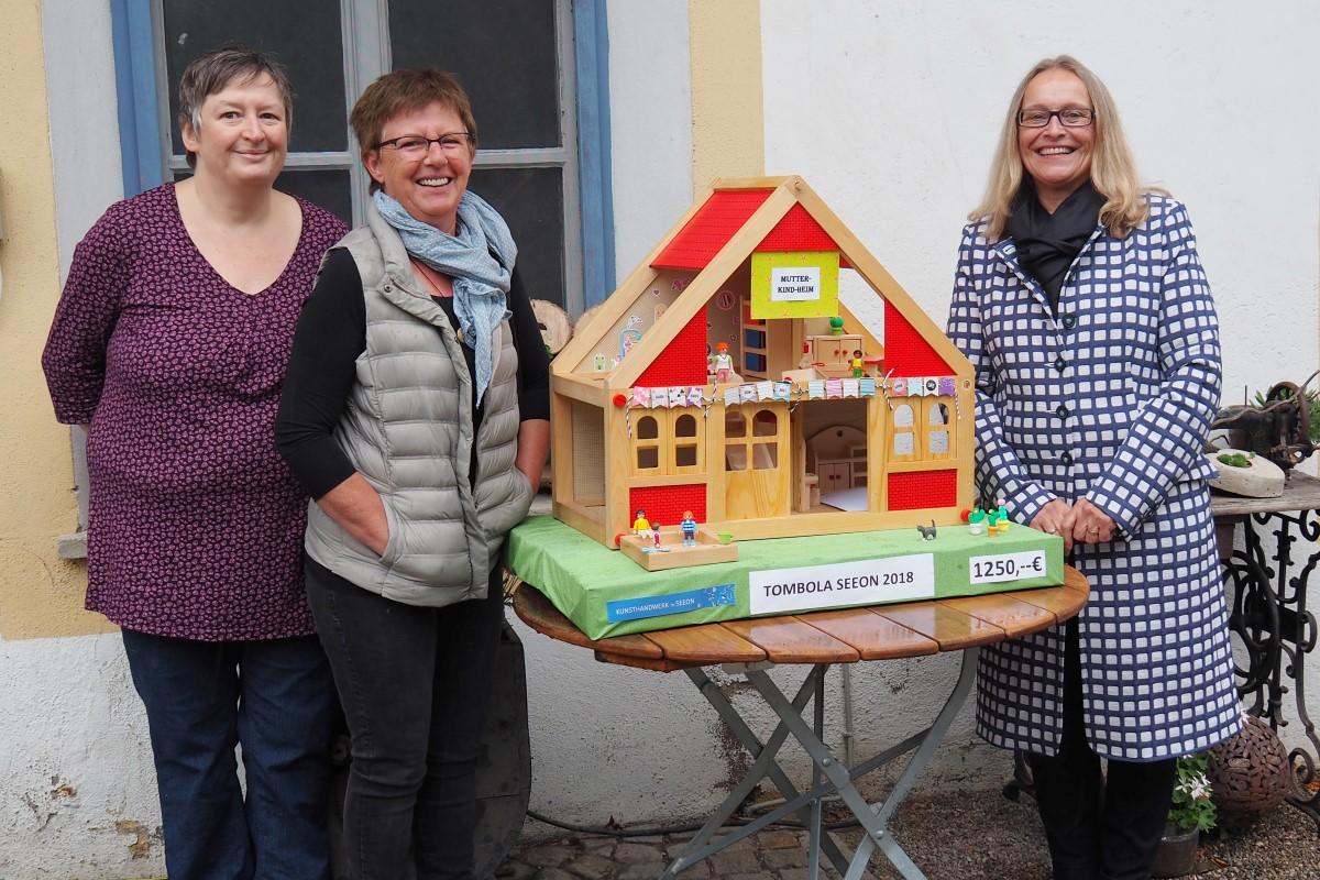 """Von Links: Katrin Schmitz Und Irmgard Kurz-Minisini übergeben Margarete Winnichner """"das Mutter-Kind-Heim"""" Als Symbol Für Die Spende über 1250 Euro."""