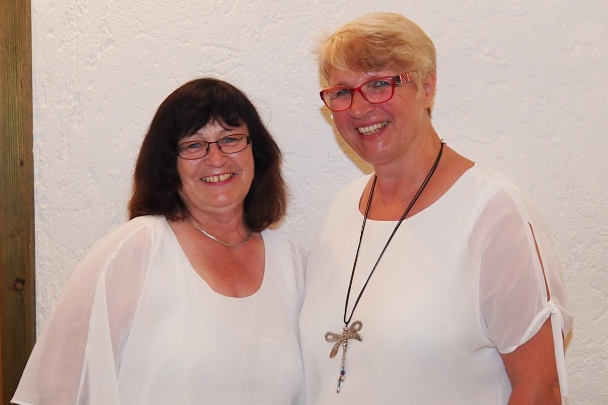 Geschäftsbereichsleiterin Christine Bohl (rechts) Und Johanna Scheller, Leiterin Der Telefonseelsorge, Dankten Bei Der Jubiläumsfeier Den Anwesenden Ehrenamtlichen Für Das Große Engagement.