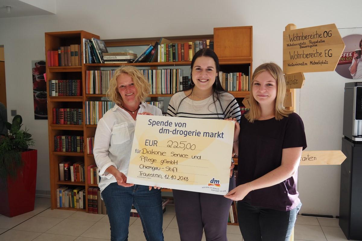 Von Links: Pflegedienstleiterin Beate Hamm Freut Sich über Die Spende, Die Die Auszubildenden Carina Neuenhoff Und Sara Kohlpointner überreichten.