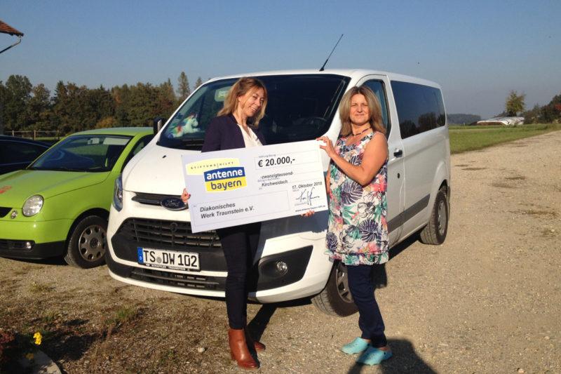 Felicitas Hönes, Geschäftsführerin Der Stiftung Antenne Bayern Hilft, übergibt Monica Ana Hihn Von Der Mädchenwohngruppe Schlehberg Den Symbolischen Spendenscheck über 20 000 Euro.