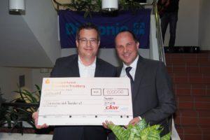 Die Firma CKW spendete 1 000 Euro. Markus Schlaffner (links) überreicht Vorstand Andreas Karau den symbolischen Scheck.