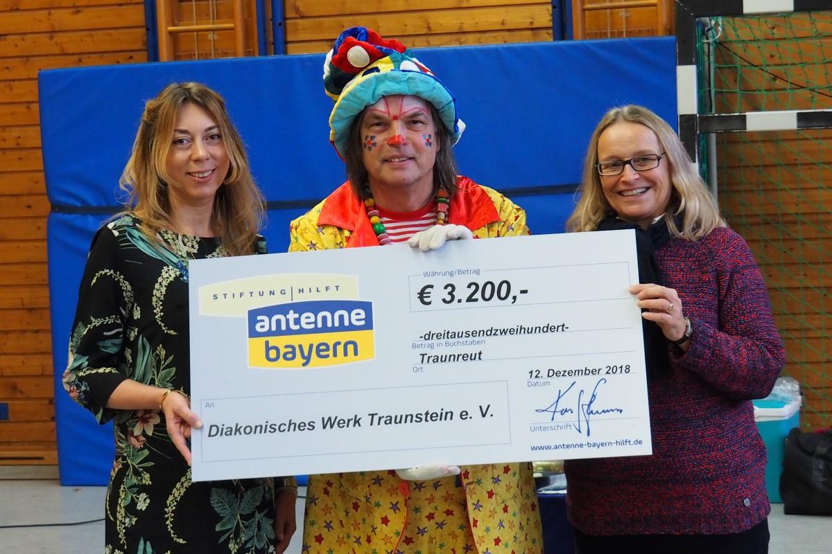 Felicitas Hönes (links) Und Clown Lupino überreichen Margarete Winnichner Einen Spendenscheck über 3200 Euro.