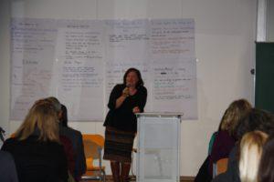 Dr. Bärbel Kofler stellt sich den kritischen Fragen der Studierenden.