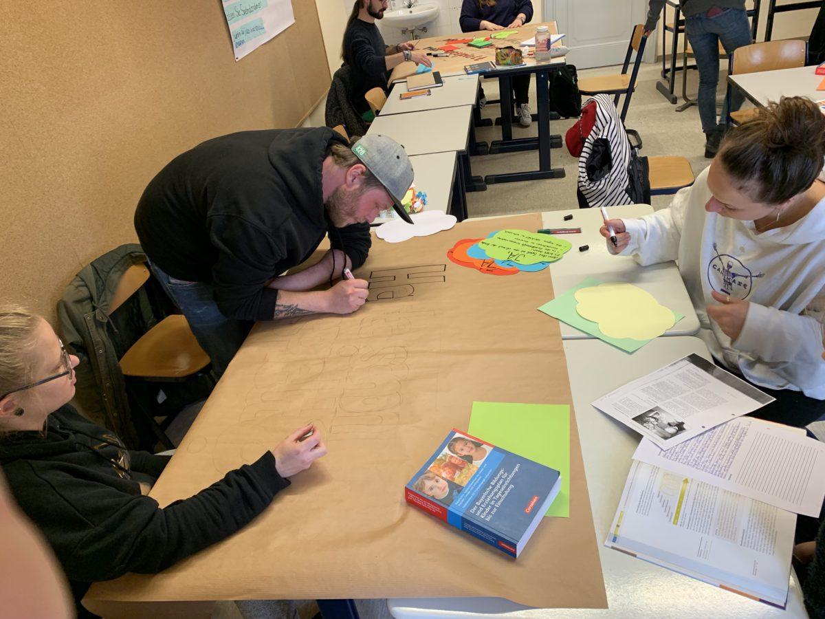 Studierende Erarbeiten Sich Das Thema