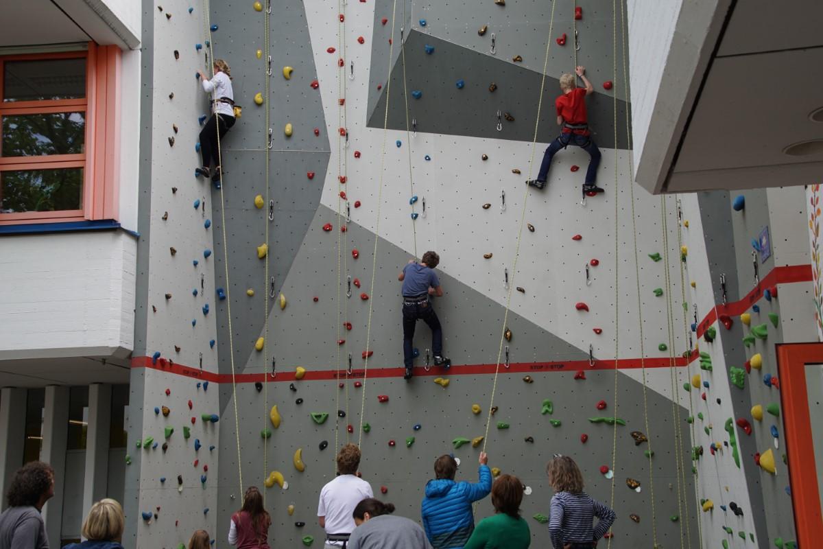 Zwar Nicht Den Weltraum, Dafür Aber Ungewohnte Höhen Erreichen Begeisterte Nachwuchskletterer An Der Kletterwand.
