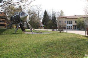 Die Rakete am Vorplatz des Wilhelm-Löhe-Zentrums steht für die jungen Besucher bereit.