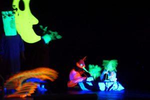 Aufführung des Schwarz- und Buntlichttheaters beim Sommerfest des Wilhelm-Löhe-Zentrums Traunreut. Heuer steht das Abenteuer Weltraum im Mittelpunkt.