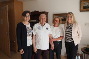 Stolz zeigt Bewohner Peter Fischer den Gästen sein Appartement. Von links: Sandra Schuhmann, Peter Fischer, Beate Hamm, Renate Backhaus