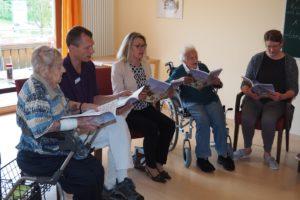 """""""Auf, auf, zum fröhlichen Jagen"""", wurde in der Wohnküche der Gruppe Bauerngasse gesungen. Fachreferentin Renate Backhaus (Mitte) wurde spontan miteinbezogen"""
