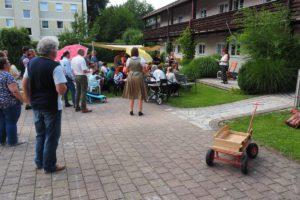 Zahlreiche Gäste konnte Vroni Kecht gemeinsam mit den Müttern und Mitarbeitenden der Einrichtung zum Ehrungsfest begrüßen.