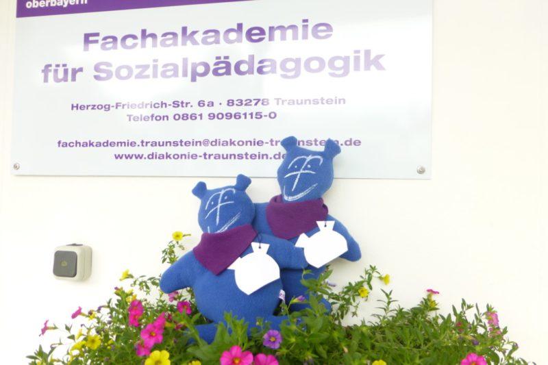 Mika Und Mika Treffen In Der Fachakademie Traunstein Ein.