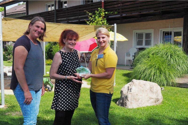 Monika Schwarzenböck (EDEKA-Märkte Kaltschmid) überreicht Veronika Kecht Und Marianne Mitterer Vom Mutter-Kind-Wohnen Der Diakonie Eine Spende über 1035 Euro.